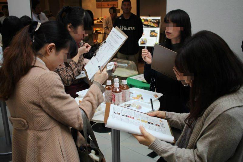 農菓プロジェクトによる石川の創作和菓子を厳正審査しています。